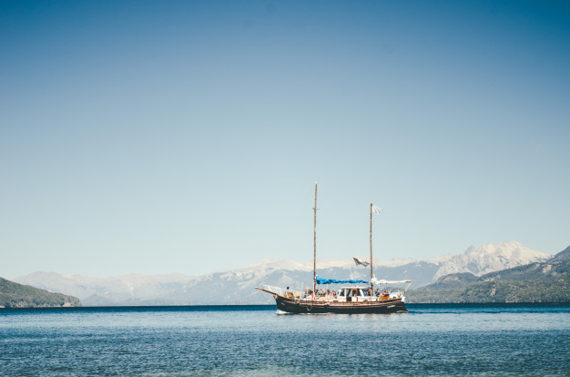 barco-navegando-lago-ciudad-bariloche-argentina_181624-3062